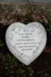 Herz mit Sinnspruch an einem Grabstein