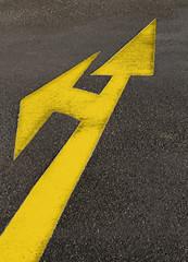 gelber diagonaler Pfeil auf Stra§e