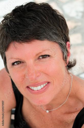 visage rayonnant d'une femme de 50 ans