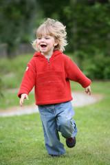 rennendes kleines Mädchen