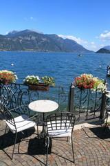 Pausa caffè lungo il lago