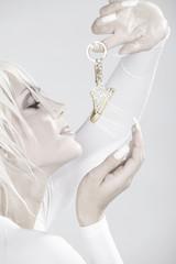 Blonde Beauty mit tollen Fingernägeln und Schuh, hoch