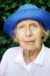 Portrait der alten Frau mit blauem Hut