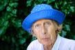 Portrait der alten Frau mit blauem Hut Querformat