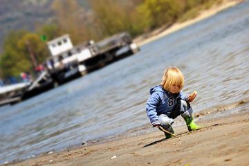 Kind spielt am Sandstrand