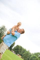 Vater trägt Sohn