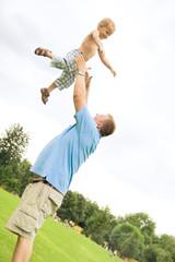 Vater und Sohn, spielen im Park