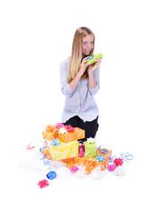 Frau freut sich über Geschenke