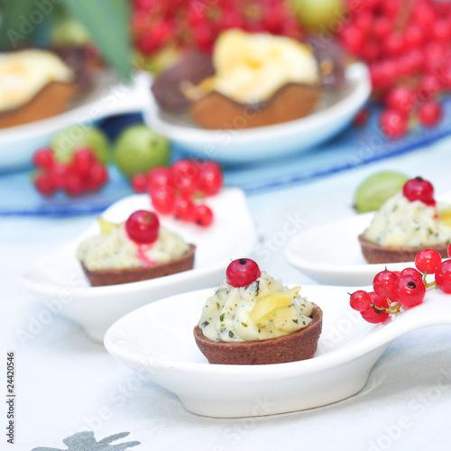 Canapes mit Birnenschaum und frischen Früchten