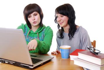Junge Frauen am Laptop