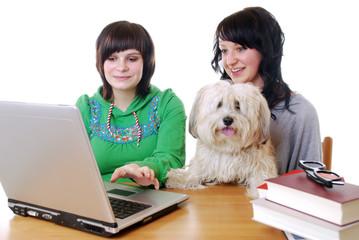 Junge Frauen mit Laptop