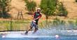 Mann auf Surfbrett wird gezogen Wakeboard