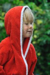 Junge in rotem Bademantel