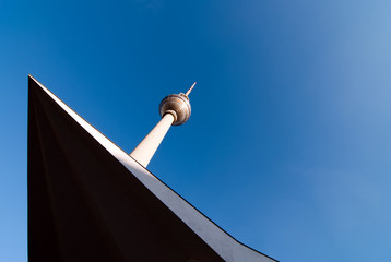 Fernsehturm vor blauem Himmel V2