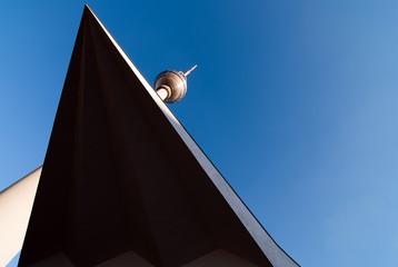 Fernsehturm vor blauem Himmel V3