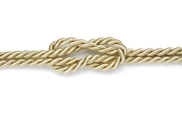 kreuzknoten in goldenem seil isoliert auf weiss