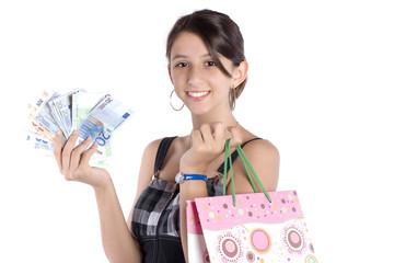femme souriante qui va faire des achats