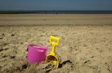 Strand- Schaufel und Eimer