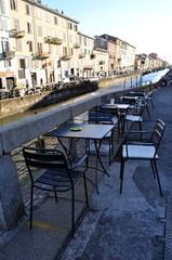 Tavolini sui Navigli a Milano