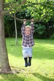 Fototapety Fröhlicher Junge spielt im Garten