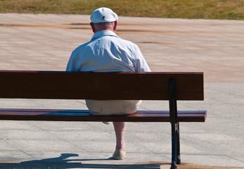 Anciano sentado con gorra