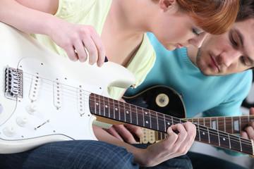 Portrait d'homme et de femmes jouant de la guitare
