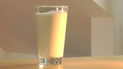 Milch in Glas füllen