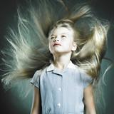 Dziewczynka z długimi włosami - 24645996