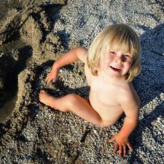 kind beim strandspielen