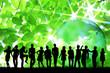 群衆と新緑と地球儀