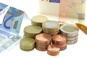 argent, billets et lot complet de pièces euros, fond blanc