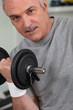 Homme senior faisant de la musculation