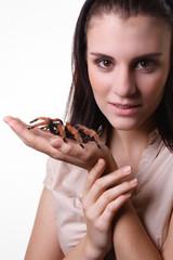 junge Frau und Spinne