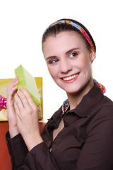 Frau mit kleinem Geschenk