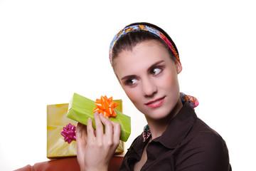 Neugier, Frau und Geschenke