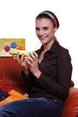 Frau freut sich über Geschenk