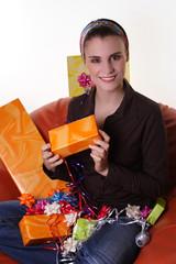Frau im Schneidersitz mit Geschenken