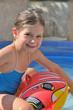fillette dans piscine