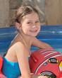 petite fille dans piscine