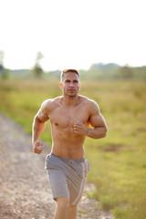 Mann joggt oberkörperfrei