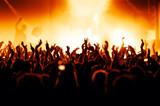Jubelnde Konzertbesucher auf Rock-Konzert - Fine Art prints