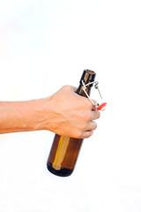 Bierflasche festhalten