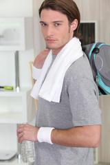 Jeune homme avec sac de sport