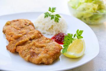Wiener Schnitzel mit Reis und Salat