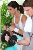 Homme et femme faisant du sport