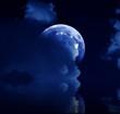 Mond spiegelt sich im See