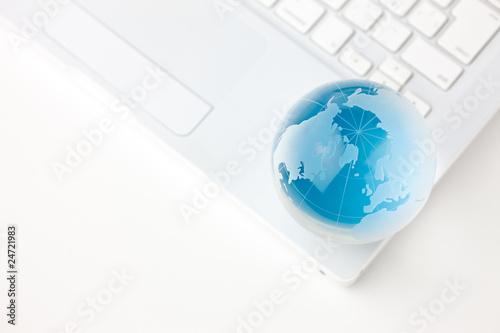 ビジネスイメージ ガラスの地球儀とノートパソコン