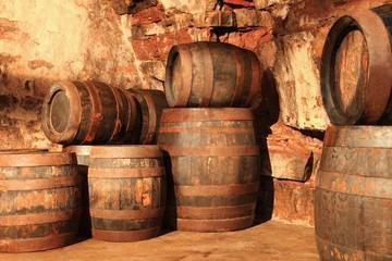 Alte Holzfässer im Kellergewölbe gestapelt
