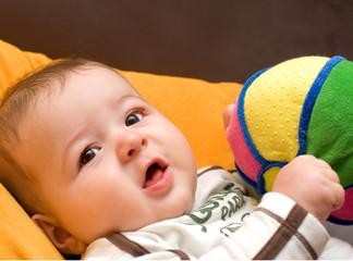 bimbo che gioca con una palla