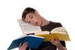 Junger Student beim lernen mit Büchern